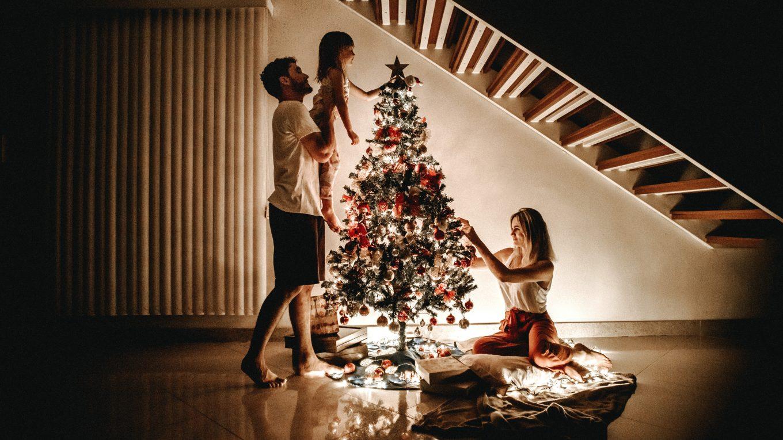 Familia alrededor del árbol de navidad